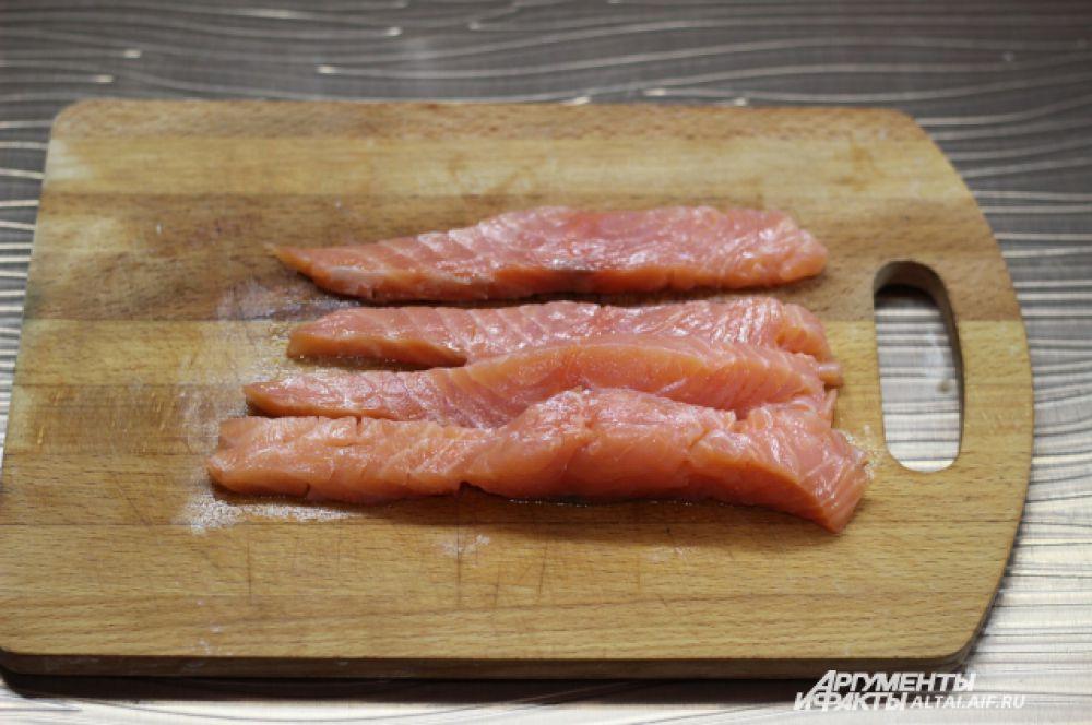 Форель режем на полоски толщиной 1,5 сантиметра.