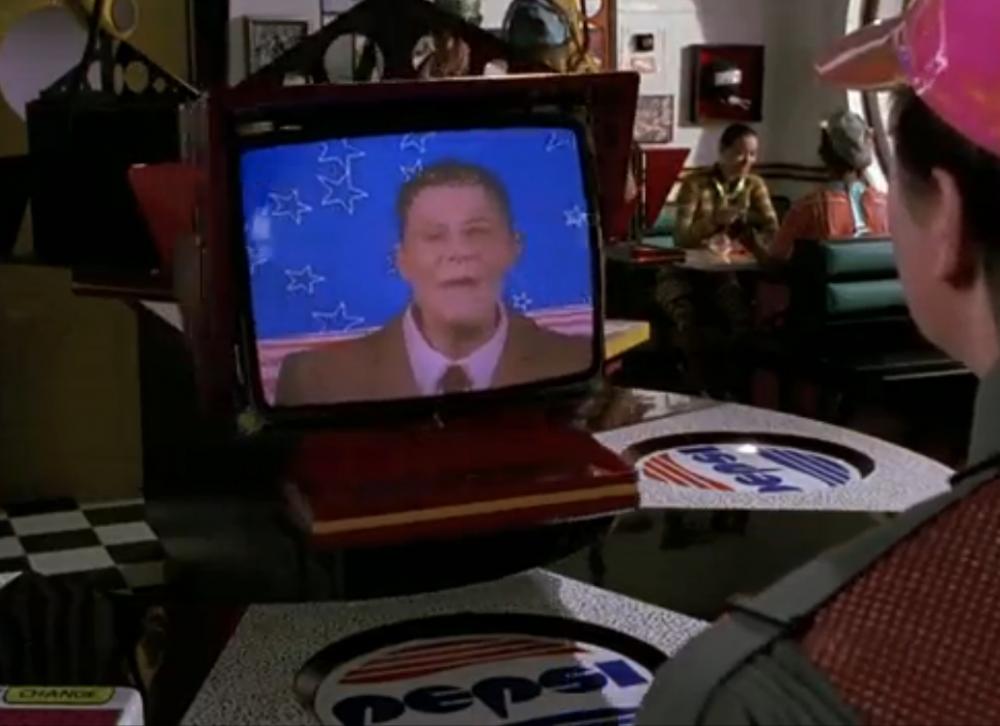 В «Кафе 80-х» посетителей обслуживает робот-официант