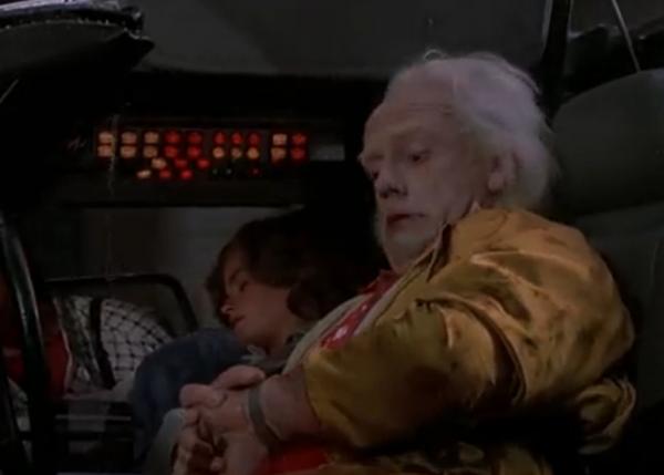На руке у Дока Брауна «умные» часы, по которым он с точностью до секунды узнает прогноз погоды