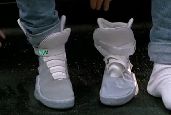 На ногах у Марти МакФлая кроссовки с электронными шнурками, затягивающимися автоматически