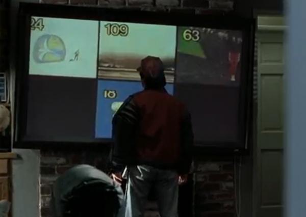 У главных героев в доме установлен телевизор с плоским экраном, который может показывать несколько каналов одновременно