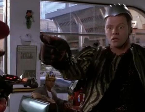 У одного из главных злодеев фильма по всему телу, включая голову установлены электро-механические имплантаты