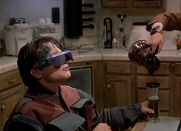 Молодежь даже за столом не хочет снимать очки, в которых можно смотреть телевизор