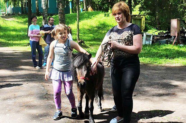 Наталия Жужнева (справа) уверена, что «социальная деревня» - лучшая замена психоневрологическим интернатам.