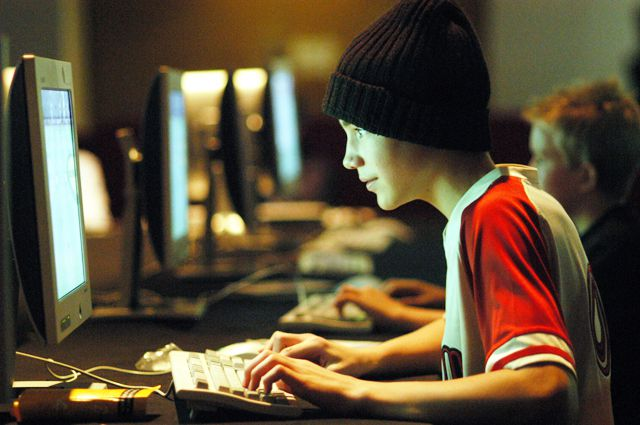 Каждому второму ребёнку  в соцсетях писали взрослые.