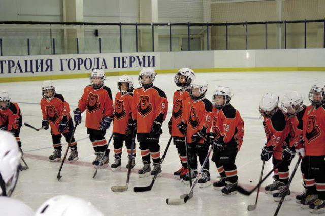 Уже в первый день у юных хоккеистов состоялась игра.