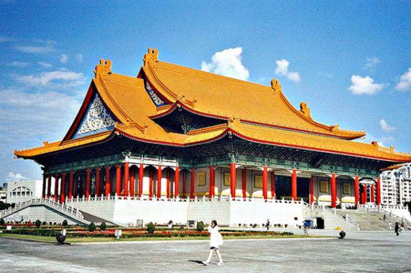 Национальный театр и концертный зал, Тайпей. Главные культурные заведения не только Тайваня, но и всей Азии. Комплекс был построен в 1987 году, и во время его проектирования  было использовано много элементов дворцовой китайской архитектуры.