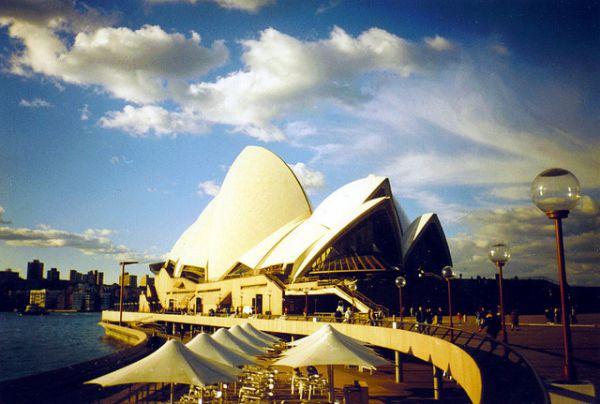 Сиднейский оперный театр, Австралия. Пожалуй, самое легко узнаваемое здание оперы в мире. Выполнено в стиле экспрессионизма; архитектором оперного театра является датчанин Йорн Утзон, который получил за свой проект Притцкеровскую премию в 2003 году.
