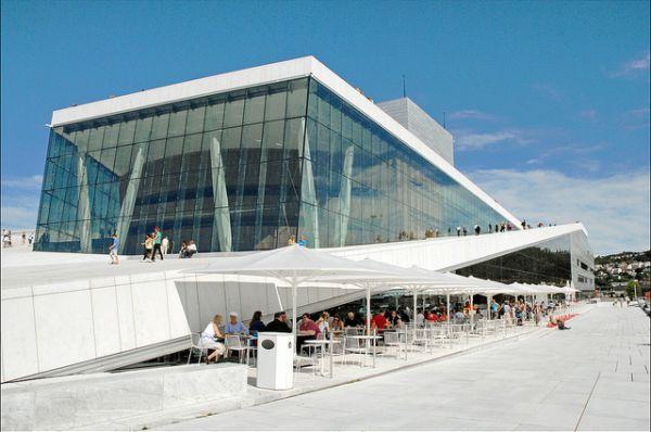 Оперный театр Осло, Норвегия. Это самое большое сооружение культурного значения со времен строительства собора Нидарос в начале четырнадцатого века. Театр был построен за 4 года — с 2003 по 2007, а в 2008 здание получило награду на Всемирном фестивале архитектуры в Барселоне.