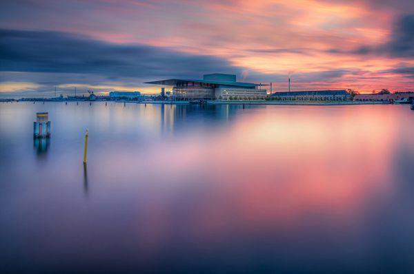 Оперный театр Копенгагена, Дания. Является одним из новейших и самых дорогостоящих оперных театров в мире. Открыт 15 января 2005 года. Театр находится в центре Копенгагена, на одном из островов. Попасть на него можно по воде на специальном речном трамвайчике.
