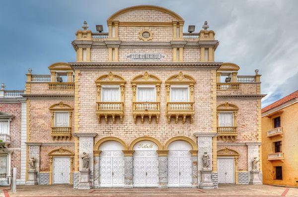 Театр Эредиа, Картахена, Колумбия. Был построен в честь столетия со дня обретения независимости, в 1911 году. В основу здания театра вошли развалины старинной церкви Ла Мерсед.