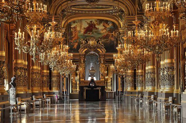 Парижская опера или Опера Гарнье, Франция. Работы по возведению оперы длились 15 лет — с 1860 по 1875. Здание считается эталоном эклектической архитектуры в стиле боз-ар.
