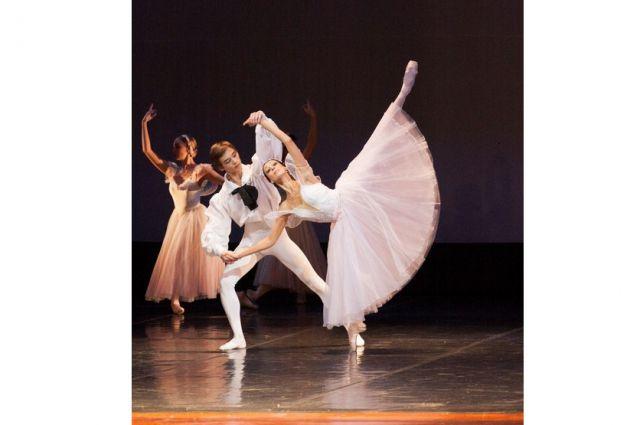 Сейчас артисты Приморского театра оттачивают нюансы хореографии.
