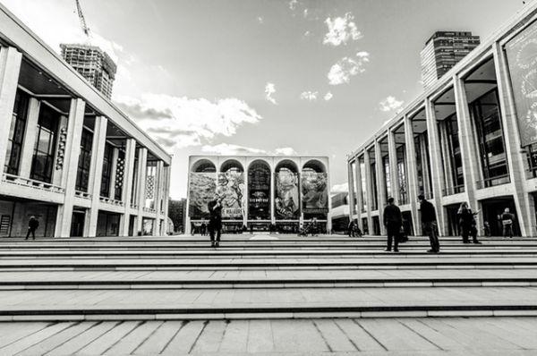 Метрополитен-опера, Нью-Йорк, США. Театр принадлежит к самым известным и престижным оперным сценам мира и открыт семь месяце в году — с сентября по апрель. Открытие нового зала в Линкольн-центре 16 сентября 1966 года было одновременно и мировой премьерой оперы «Антоний и Клеопатра» Сэмюэля Барбера.