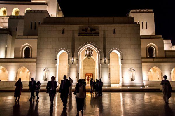 Королевский оперный театр, Оман. Правитель Омана, султан Кабус бин Саид аль Саид, всегда был любителем классической музыки, и потому в 2001 году приказал воздвигнуть в районе  Шати-Аль-Курм в Маскате новый оперный театр. Получился целый комплекс, состоящий из концертного театра, аудитории, ландшафтного сада и роскошного рынка с магазинами, ресторанами и арт-центром.