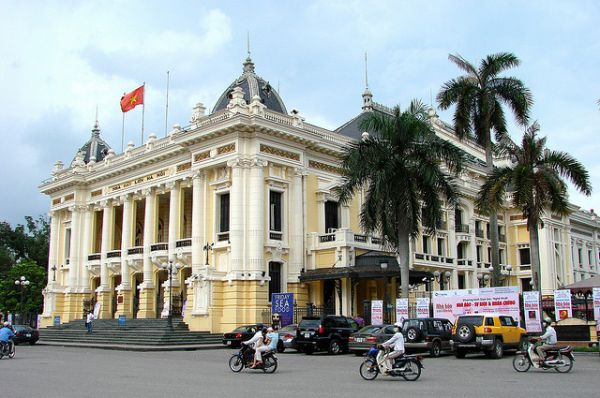 Ханойский оперный театр, Вьетнам. Был построен в период с 1901 по 1911 гг., во времена господства французской колониальной администрации. При составлении проекта строительства здания за образец было взято здание французской Оперы Гарнье.