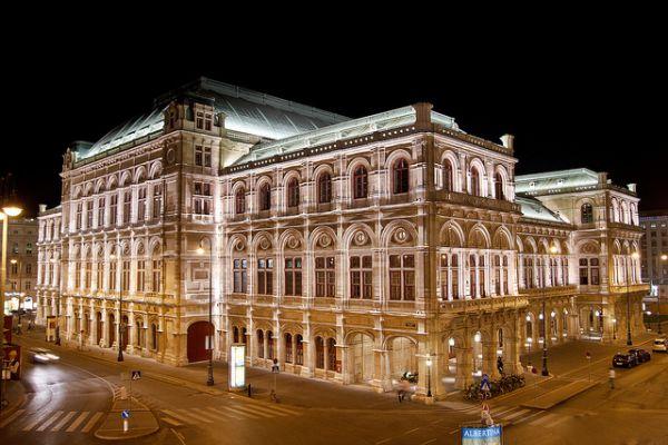 Венская государственная опера, Австрия. Здание оперы было построено в 1869 году и открыто 25 мая оперой «Дон Жуан» Вольфганга Амадея Моцарта. Создавалось по проекту архитекторов Августа Сикарда фон Сикардсбурга и Эдуарда ван дер Нюлля в стиле нео-ренессанса.