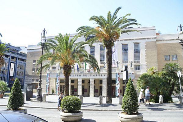 Римский оперный театр, Италия. Был открыт в 1880 году оперой Россини «Семирамида» и до 1928 года носил имя своего создателя Доменико Костанци. В 2014 году на фоне   многомесячных финансовых трудностей театр признал себя банкротом.