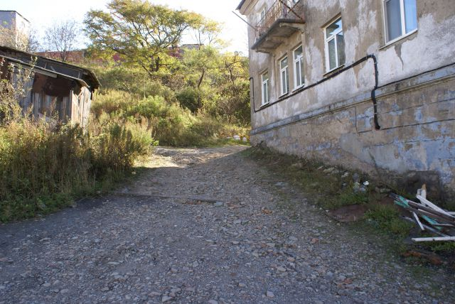 По таким дороге и лестнице приходится ходить каждый день.