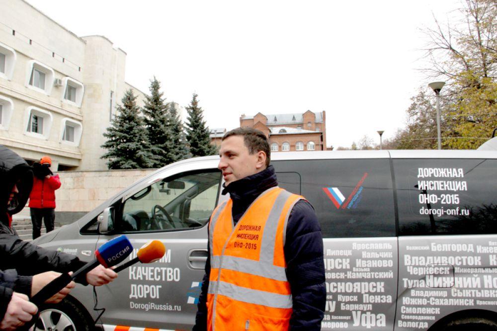 Александр Васильев рассказывает журналистам о целях и задачах движения