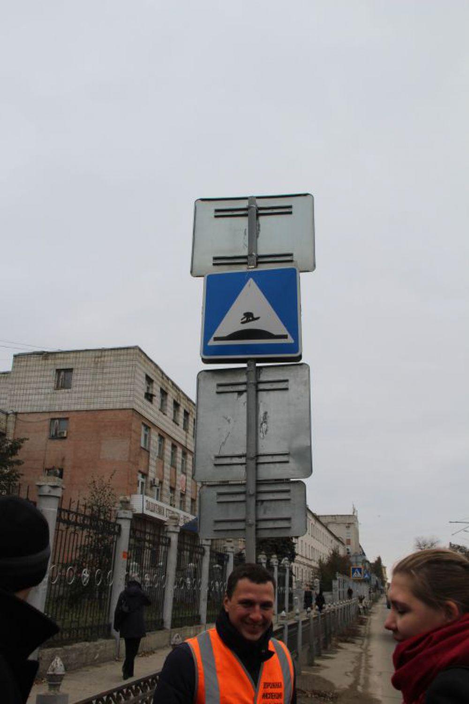 Рядом с этими неровностями какой-то шутник дополнил дорожный знак, добавив изображение сноубордиста.