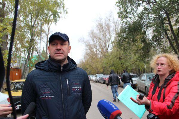 С журналистами общается местный активист Герой России Олег Логунец.