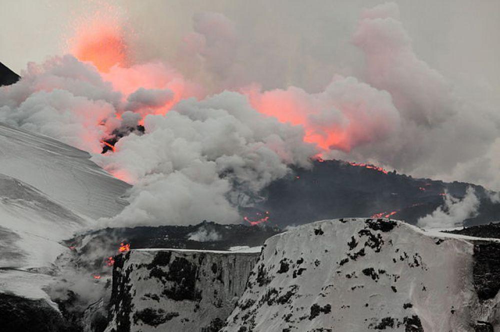 Извержение вулкана Эйяфьядлайёкюдль. Началось ночью с 20 на 21 марта 2010 года. Главным последствием извержения стал выброс облака вулканического пепла, который нарушил авиасообщение в Северной Европе.