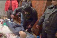 Орлов показывает следователю как убивал двухлетнего ребенка.