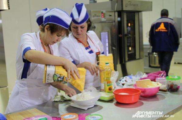 Самый интересный второй этап: выпечка фигурных мелкоштучных изделий на время. Участники замешивают тесто.