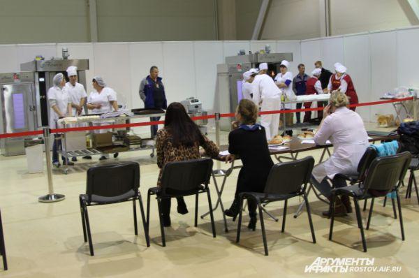 Жюри конкурса наблюдают за соревнованиями.