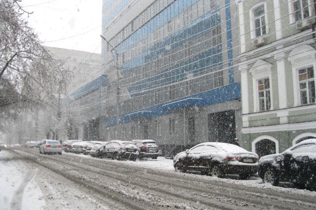 Снегопад оставил без света три района в Омской области.