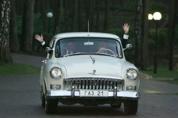 Впервые Путин публично появился за рулем отечественной машины в 2005 году, прокатив на личной «Волге» (ГАЗ-21) цвета слоновой кости  1956 года выпуска президента США Джорджа Буша по своей подмосковной резиденции Ново-Огарево.