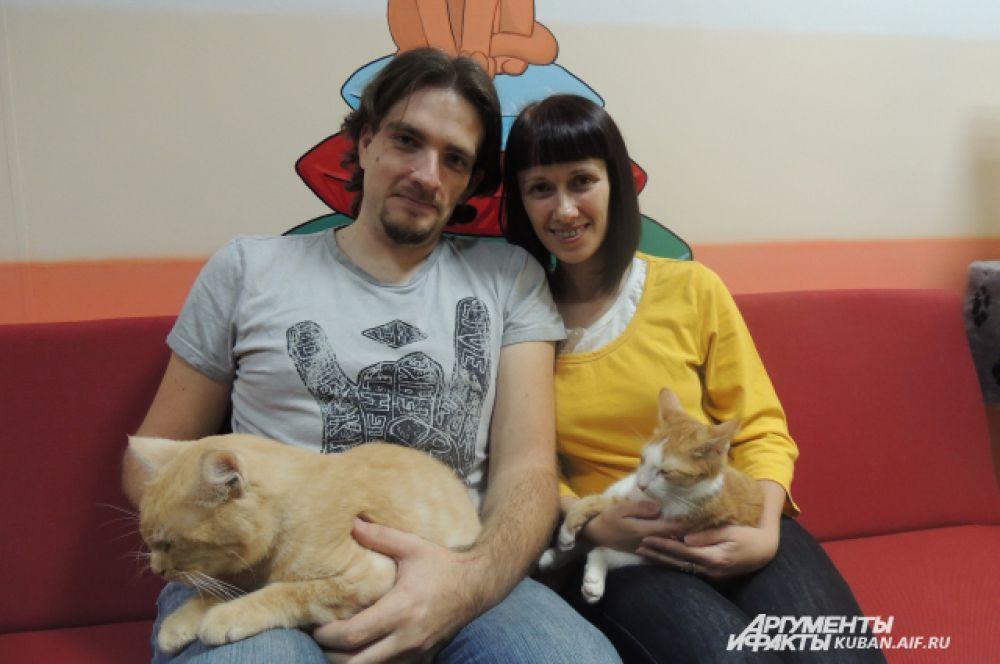 Максим и Оксана Лышковы со своими рыжими подопечными.