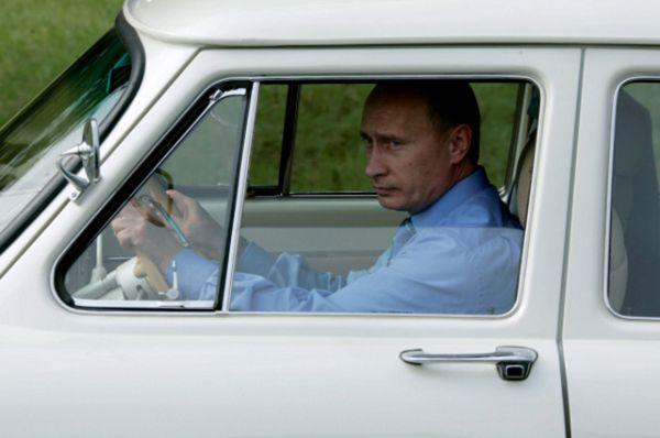 На открытие нового тоннеля Адлер-Красная Поляна Владимир Владимирович также прибыл за рулем своего автомобиля.