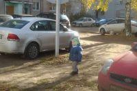 Малыши вынуждены гулять среди машин.