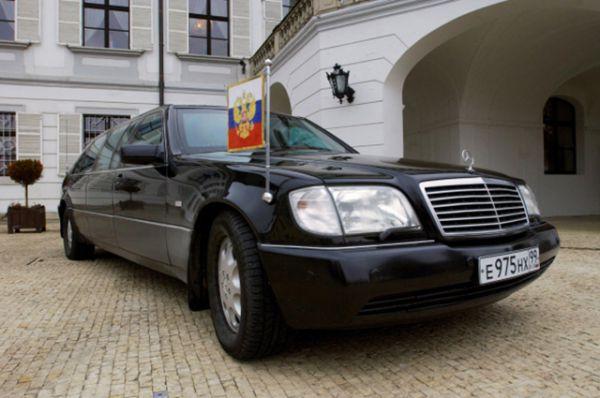Служебным автомобилем президента РФ является бронированный Mercedes Pullman S600 Guard. Правда стоит заметить, что по большей части Путин не управляет им самостоятельно.