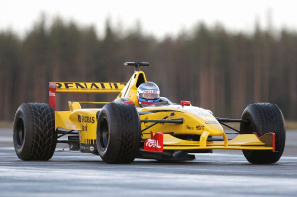 7 ноября 2010 года Путин опробовал в Ленинградской области болид «Формулы-1»: в течение нескольких часов он управлял гоночной машиной на специальной трассе, разогнавшись до 240 километров в час.