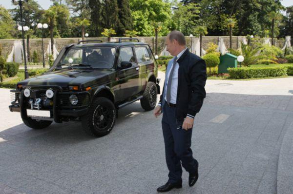 Владимир Путин владеет также внедорожником «Нива». Данный экземпляр отличается от серийного внедорожника особым, камуфляжным, окрасом кузова, большими колесами и защитным обвесом.