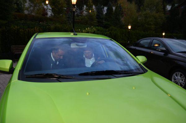 Президент за рулем новой модели. Слева – президент ОАО «АвтоВАЗ» Андерссон Бу Инге.