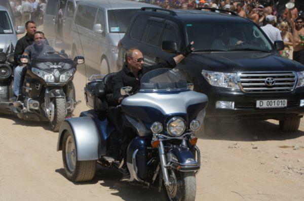 Однако Путин умеет управлять не только классическими автомобилями. 24 июля 2010 года он посетил байк-шоу под Севастополем, появившись там на трехколесном мотоцикле.