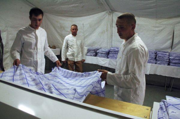Военнослужащие гладят белье на базе «Хмеймим» в Сирии.