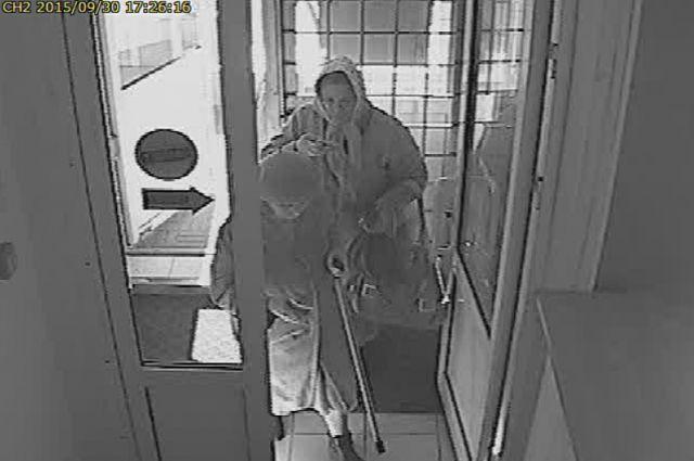 Мошенница, обманувшая пенсионерку, попала на запись камеры видеонаблюдения в банке