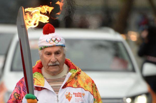 2013 год. Владимир Зельдин на старте первого этапа эстафеты олимпийского огня «Сочи 2014»по территории России на Красной площади.