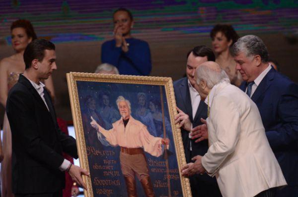 2015 год. Народный артист СССР Владимир Зельдин принимает подарки на вечере «100, или Танцы со временем», посвященном его 100-летнему юбилею.