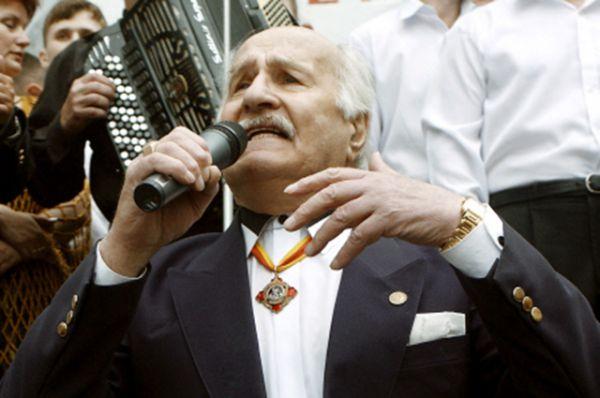 2002 год. Народный артист СССР Владимир Зельдин выступает в театрализованном представлении на площади у Белорусского вокзала, посвященном памятной дате 22 июня 1941 года, когда с Белорусского вокзала уезжали на фронт солдаты.