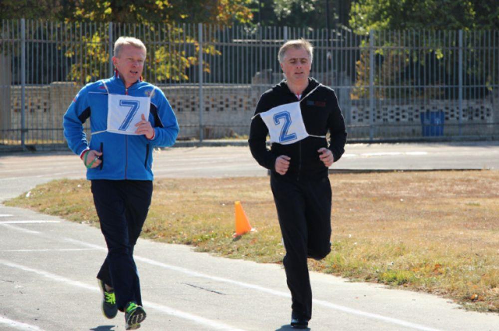По словам начальника таможни (на беговой дорожке - слева), его личный пример стал лучшей мотивацией для тех, кто пока ещё в стороне от спорта.