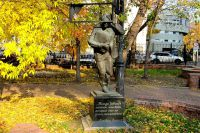 Памятник «Москва-Петушки» по произведению Венидикта Ерофеева установлен в сквере на площади Борьбы в Москве.