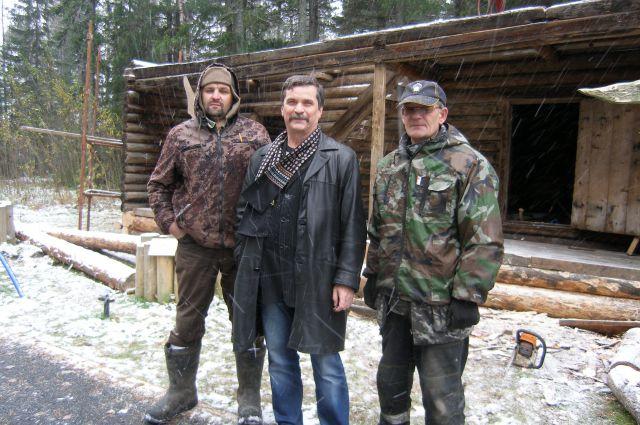 Яков Яковлев (в центре) с помощниками возле перевезенного в Ханты-Мансийск амбара из деревни Сухорукова.