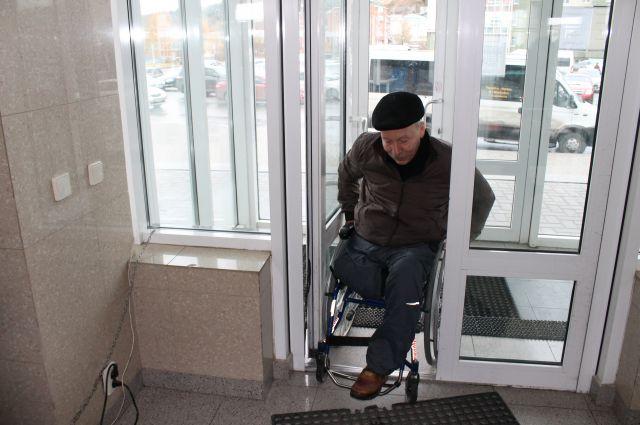 Станислав Кононенко убедился, что без посторонней помощи заехать в здание речного вокзала Ханты-Мансийска невозможно.
