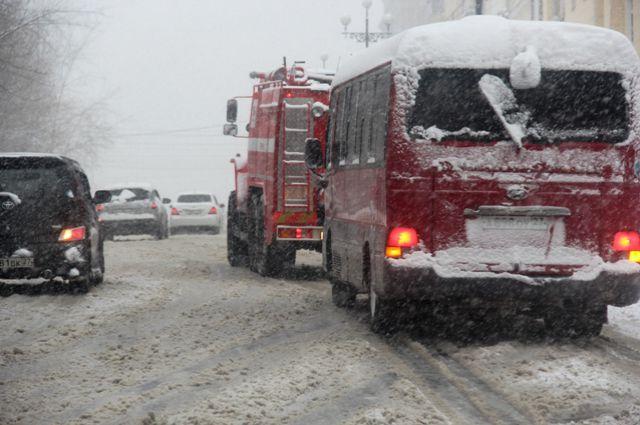 Часть водителей, видмо, не ожидали снегопада в субботу